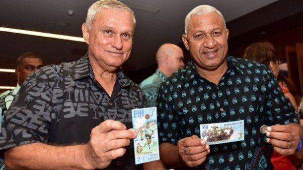 斐濟總理(圖右)和央行總裁展示新發行的7元紙鈔。取材自斐濟政府臉書