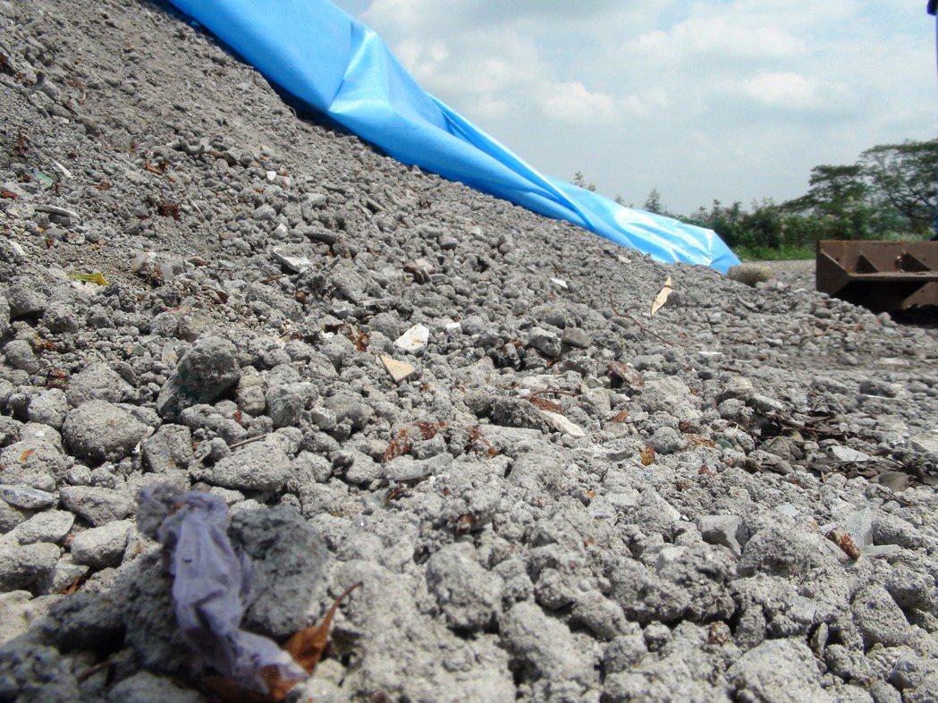 雲林縣以回運底渣換取代燒垃圾空間,至今已運回近5千公噸底渣,其中半數堆置在古坑鄉...
