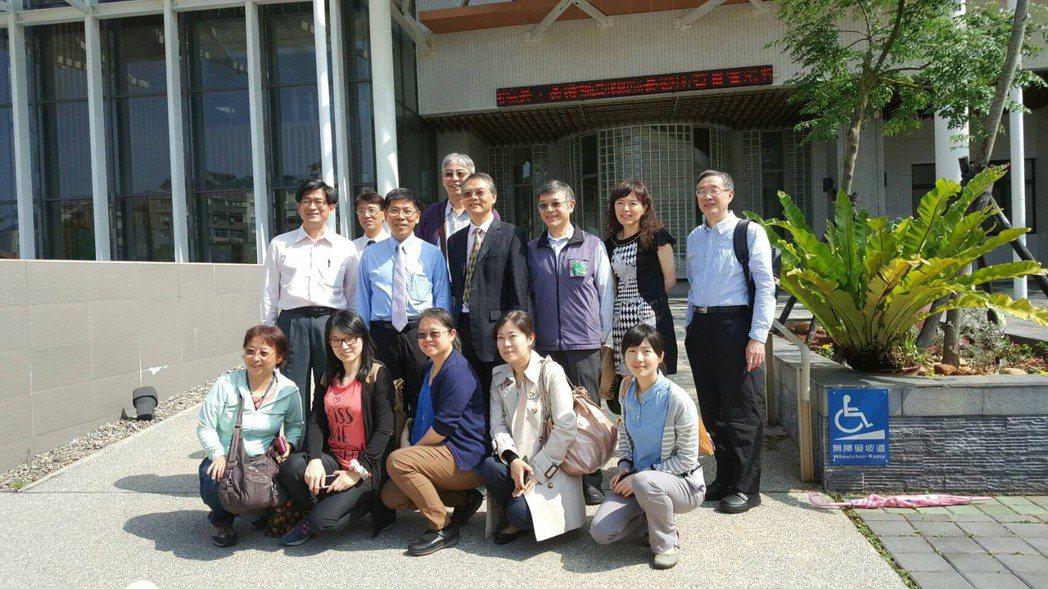 台北市立聯合醫院團隊今天與國立聯合大學舉辦醫研會議,雙方希望透過誇領域合作模式,...