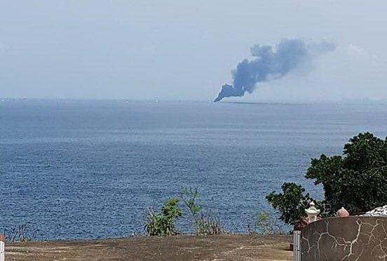 屏東東港籍「賜發福號」漁船在海上失火,小琉球居民拍下漁船起火冒黑煙的畫面。記者潘...