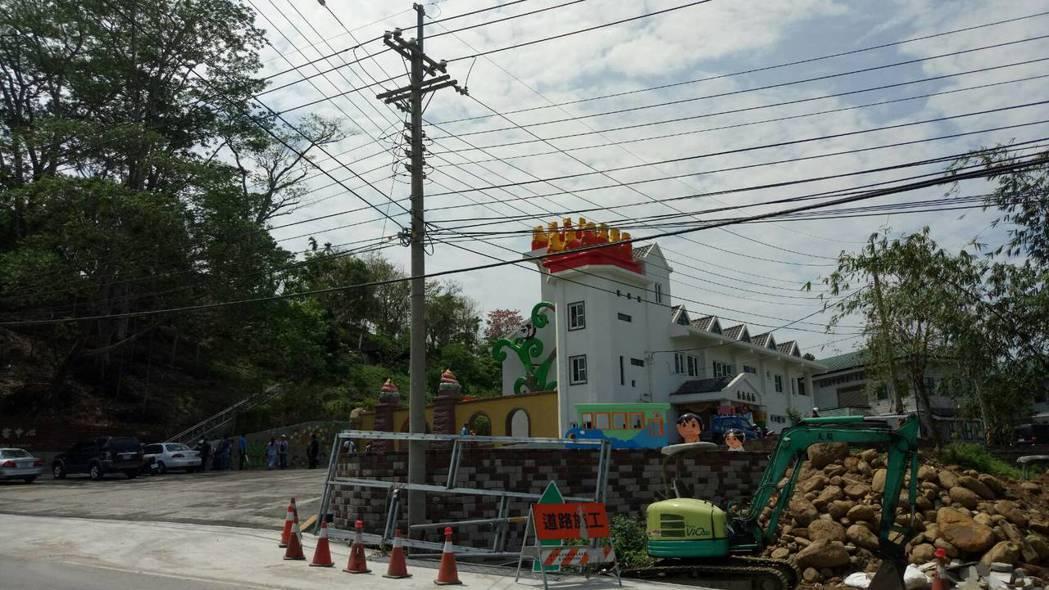 「中埔遊客中心」正門入口處遍布電線杆與混亂交錯電纜線,被譏「一點都不浪漫的電纜線...