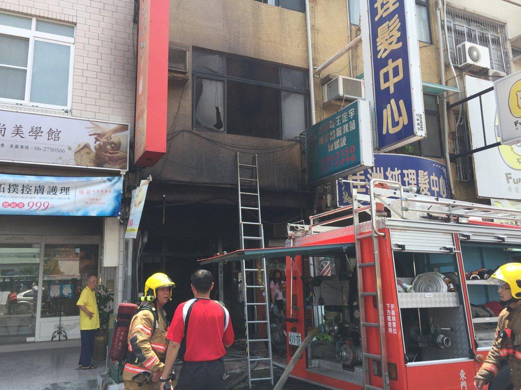 台南市消防局派出11車、30人前往灌救,搶救受困屋內兩名老人。記者邵心杰/攝影