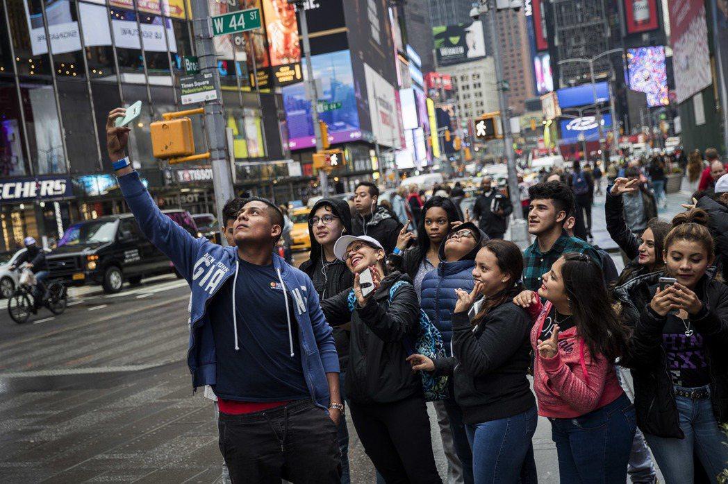 專家憂「川普效應」將為紐約市旅遊業蒙上陰影。圖為時報廣場旅客。(Getty Im...