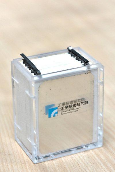 「可高速充放電鋁電池」只要一分鐘即可完成充電。圖/工研院提供