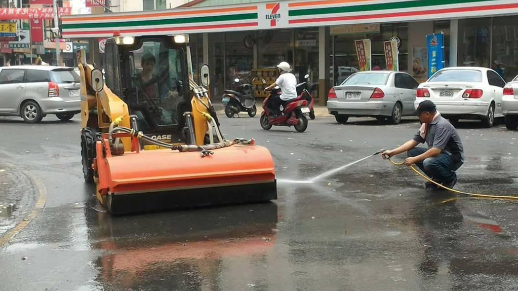 出動洗路車外加人力沖刷才勉強清理粘糖。記者蔡維斌/攝影