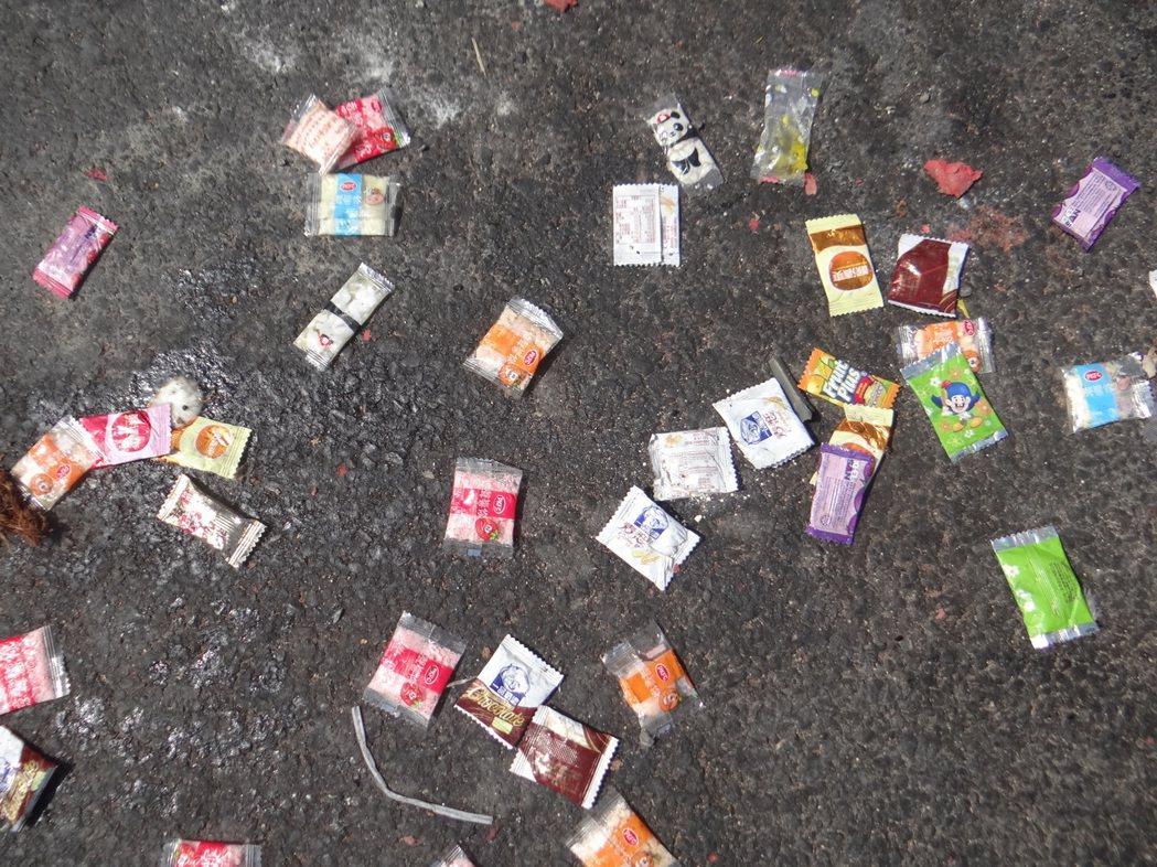 地面糖果經太一曬全都粘在地面,清理格外困難。記者蔡維斌/攝影