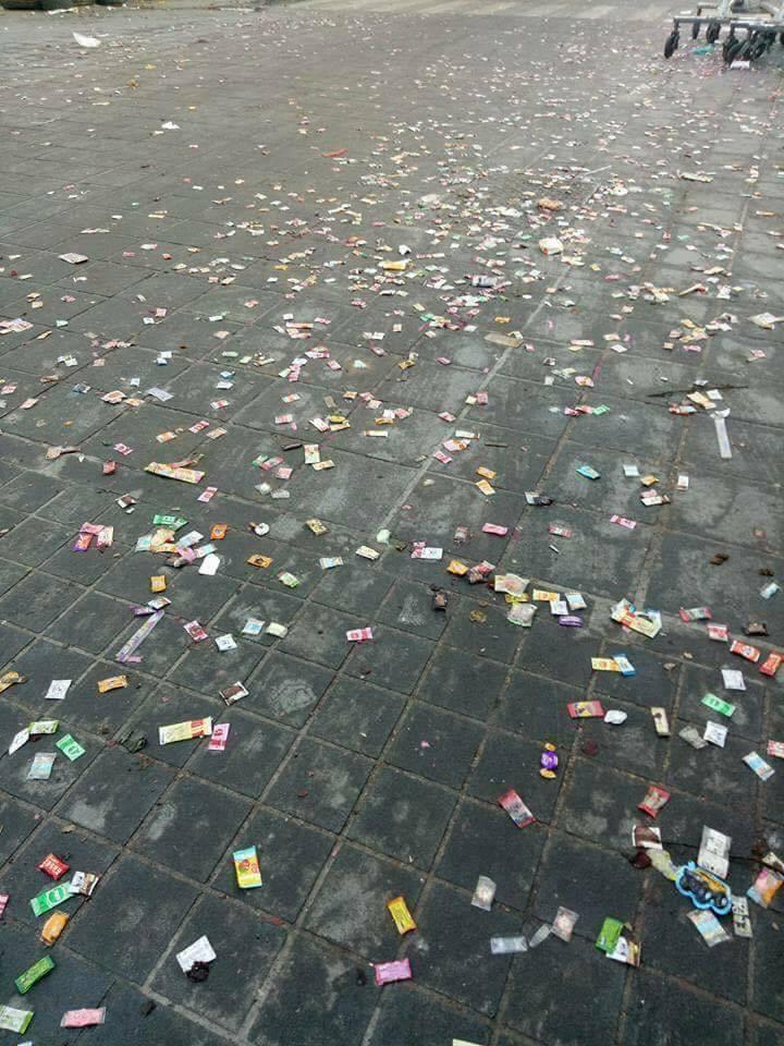 激情過後的北港路面,留下滿街的糖果,且整個地面都粘TT,嚴重「糖災」讓清潔隊大傷...