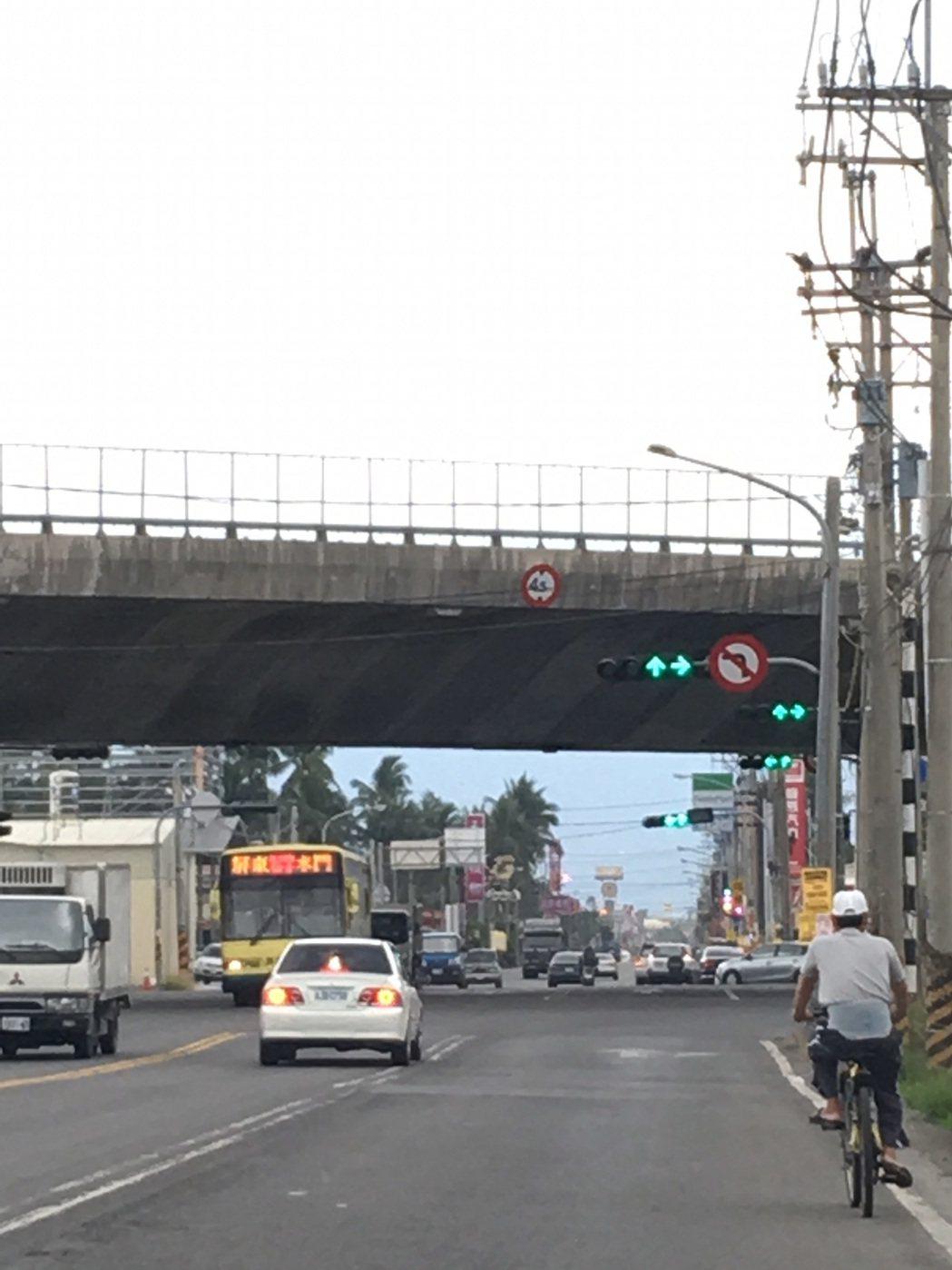 南二高台廿四線左轉號誌是綠燈,往長治鄉及屏東市也是直行車也是綠燈,容易誤判,發生...