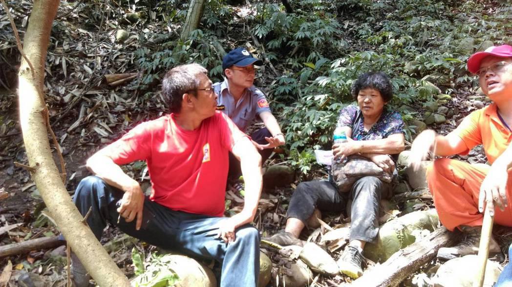 救難人員今天中午在一處陡峭的山溝,找到失蹤的李姓阿嬤(右二),對於她靠著一瓶礦泉...