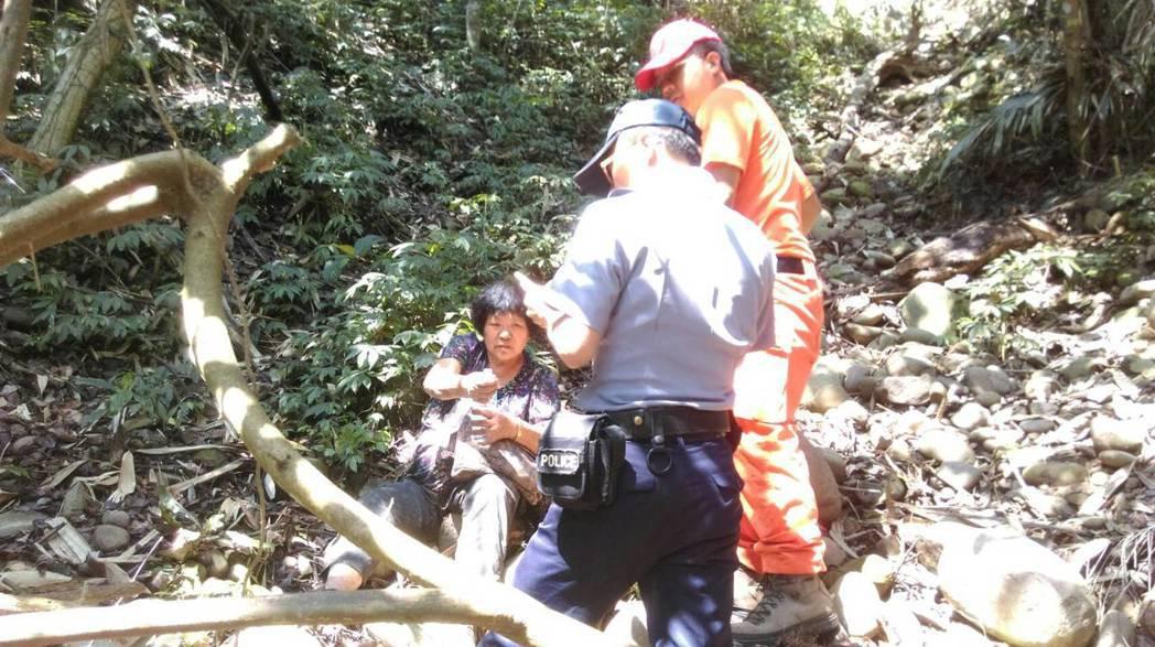 救難人員今天中午在一處陡峭的山溝,找到失蹤的李姓阿嬤(左一),對於她靠著一瓶礦泉...