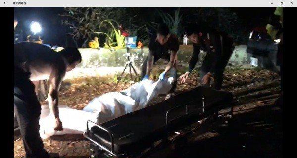 桃園市吳姓男子被殺害後埋屍山區案,檢警連夜到山區挖出遺體。圖/警方提供