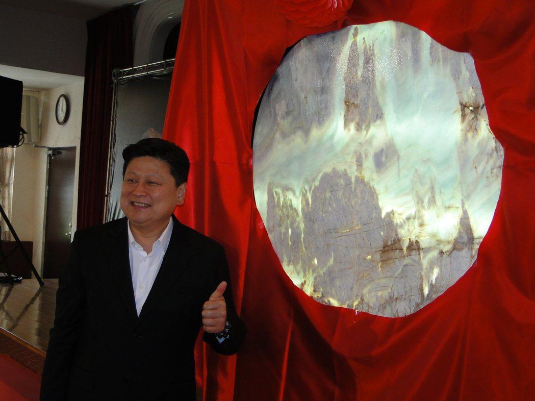花蓮縣長傅&#23824萁在透光畫上噴水顯像。記者范振和∕攝影