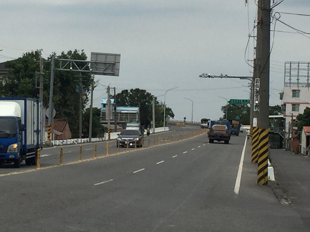 西瓜攤位在台19&#32528,附近很多路口監視器。記者吳政修/攝影