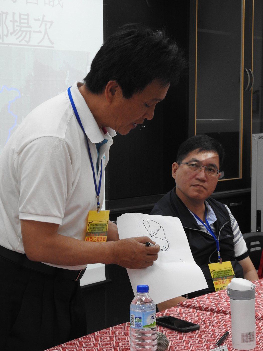 原轉會委員雲天寶向仁愛鄉各部落代表說明傳統領域劃設概念。記者賴香珊/攝影