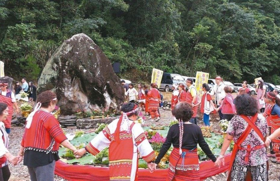 泰雅族「賓沙布甘聖石」去年獲原民會2500萬元補助整建,卻遭當地民族議會否決無法...