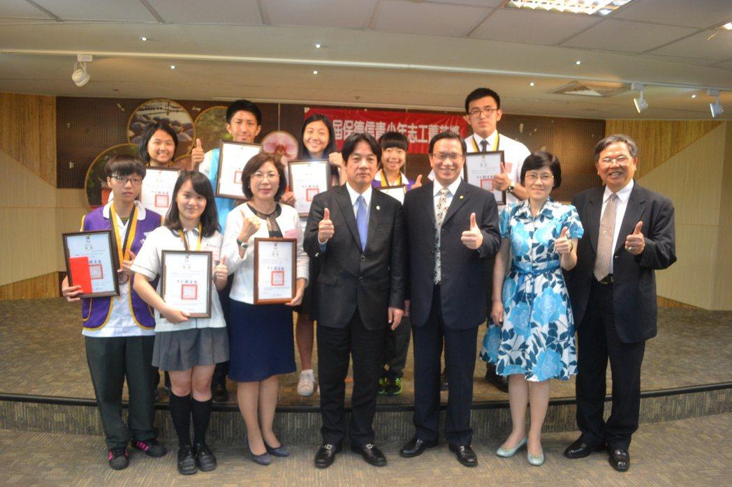 台南市政府教育局今天舉辦保德信青少年志工菁英獎表揚活動,鼓勵學生當志工,走入社區...
