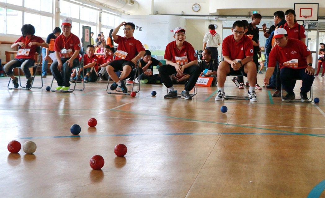 伊甸基金會在屏東特殊教育學校舉辦地板滾球大賽,為上百名重度身障者開啟人生首場運動...