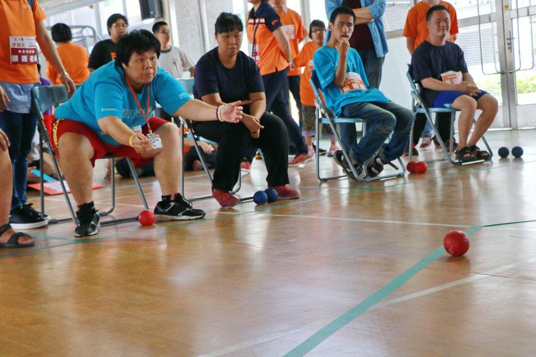 身障者的專注力全部投注在丟出滾球。記者潘欣中/攝影