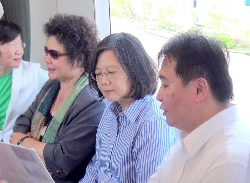 總統蔡英文(右2)在高雄輕軌列車上專心聽高雄市副市長許立明報告輕軌沿線建設。左1...