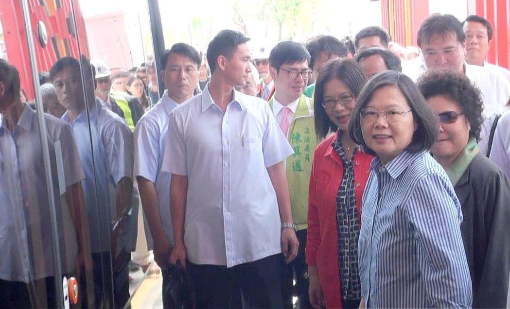 總統蔡英文(右1)今天到高雄搭輕軌列車。記者楊濡嘉/攝影