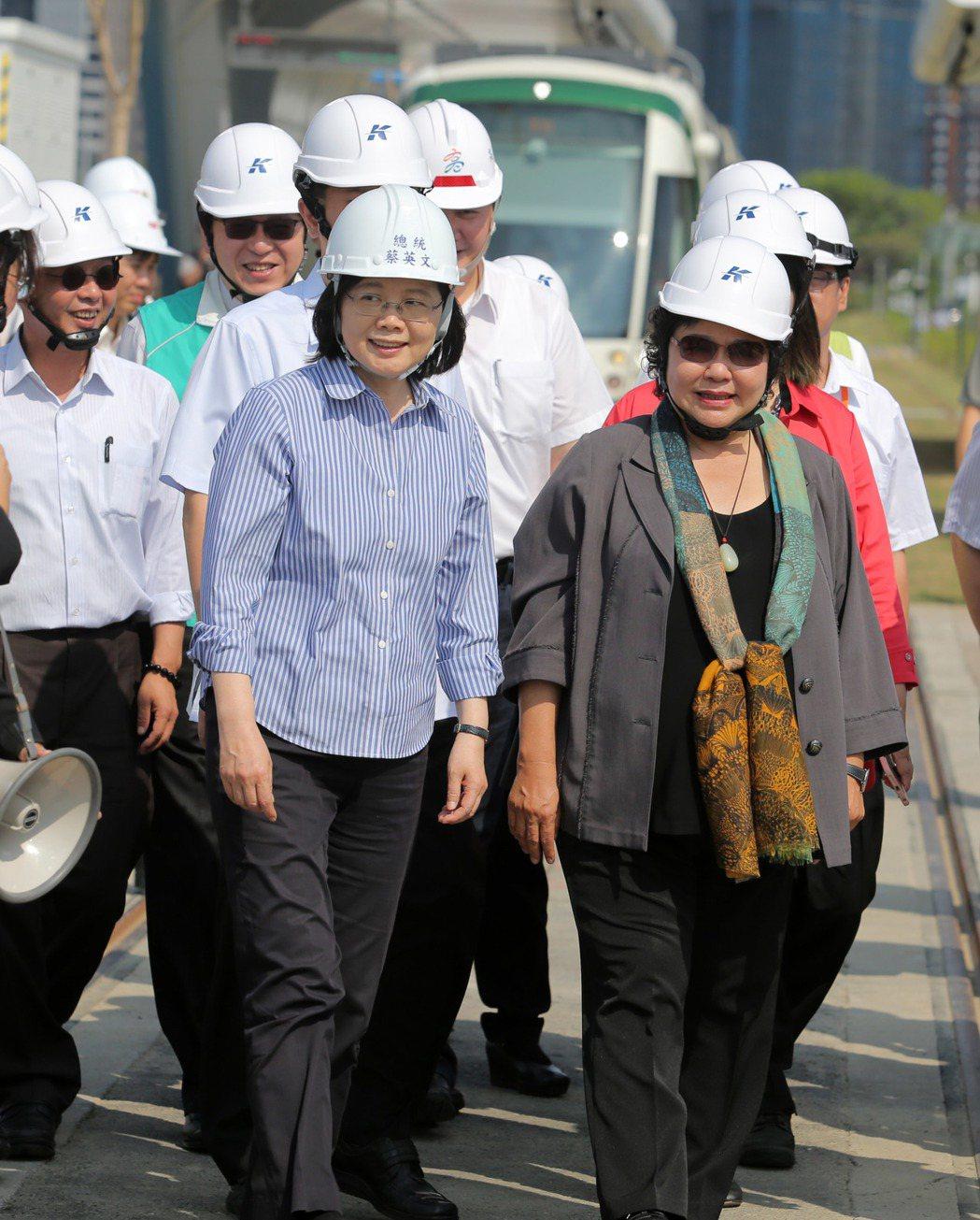 蔡英文總統(前左)今天到高雄搭輕軌視察,當面向高雄市長陳菊(前右)允諾將會全力支...
