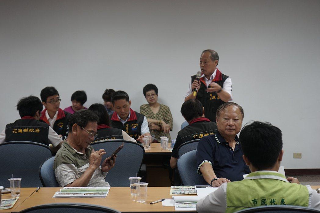 花蓮縣府建設處長陳泰昌(站立者)在議會專案會議上回應民眾意見。記者王燕華/攝影