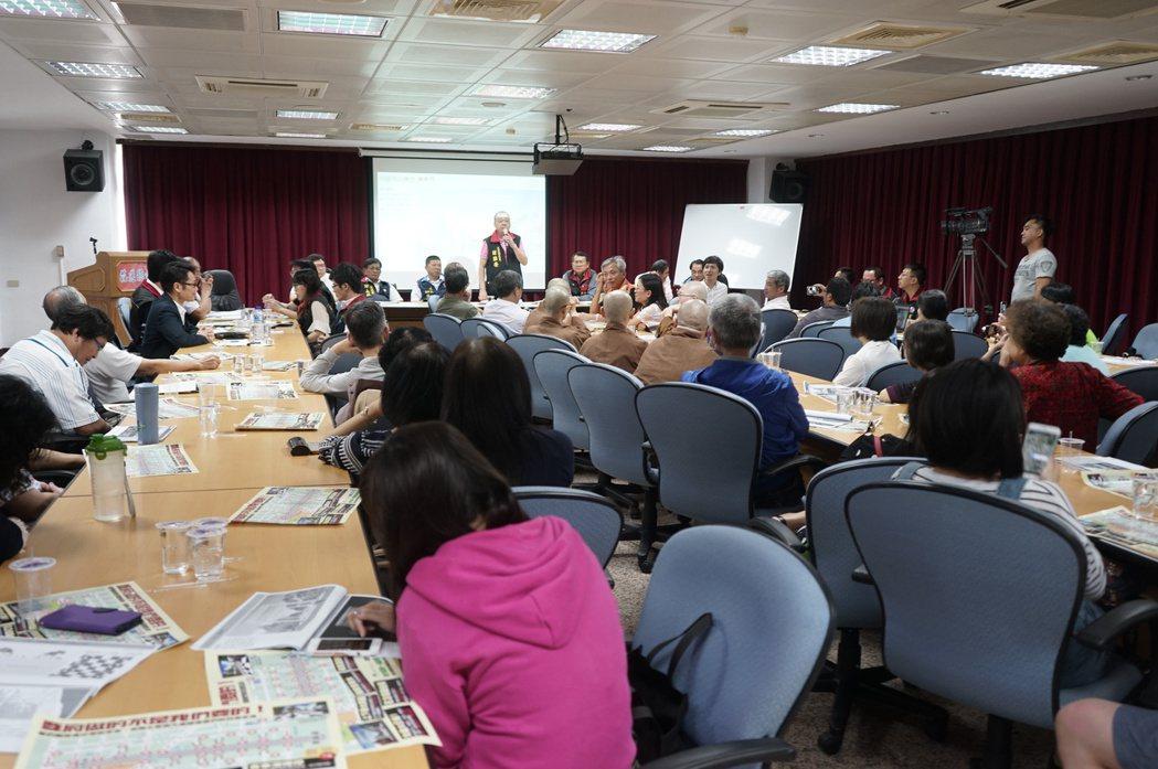 花蓮縣議會辦日出香榭大道工程專案會議,湧入許多關心的民眾。記者王燕華/攝影