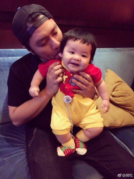 阿杜和寶貝兒子。圖/摘自微博