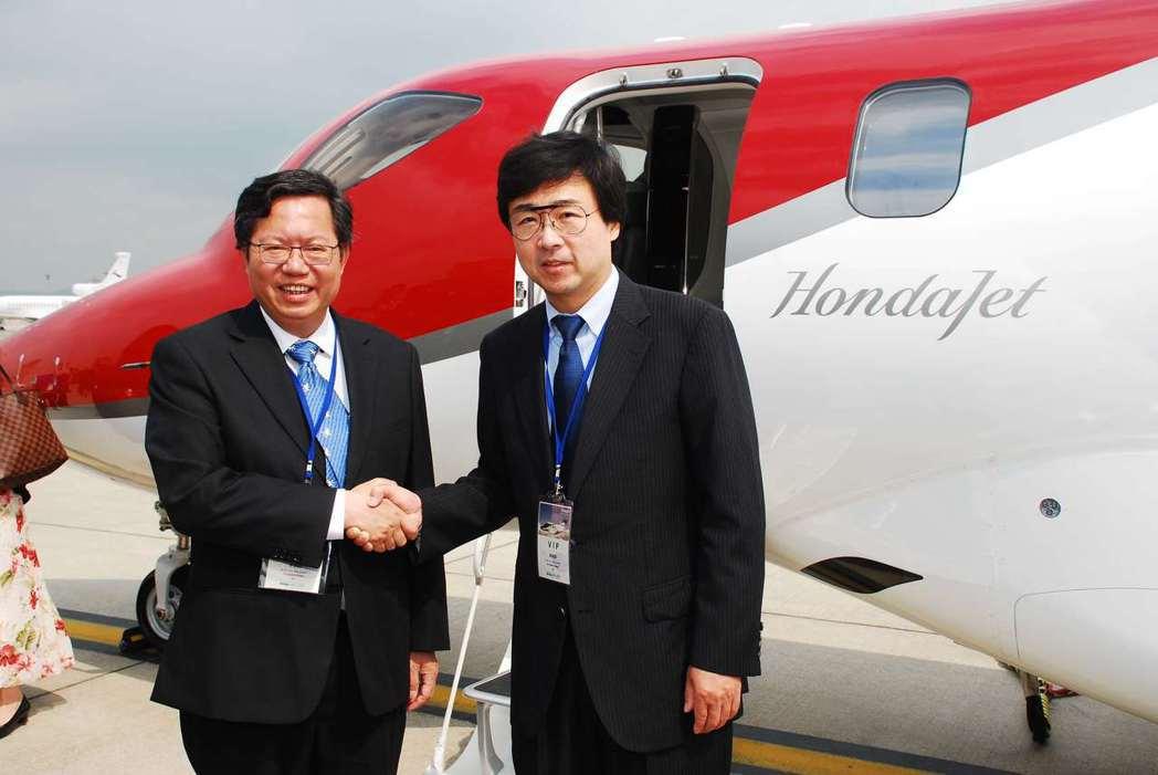 桃園市長鄭文燦(右)與本田飛航公司總裁兼執行長藤野道格(左)。記者林昱丞/攝影