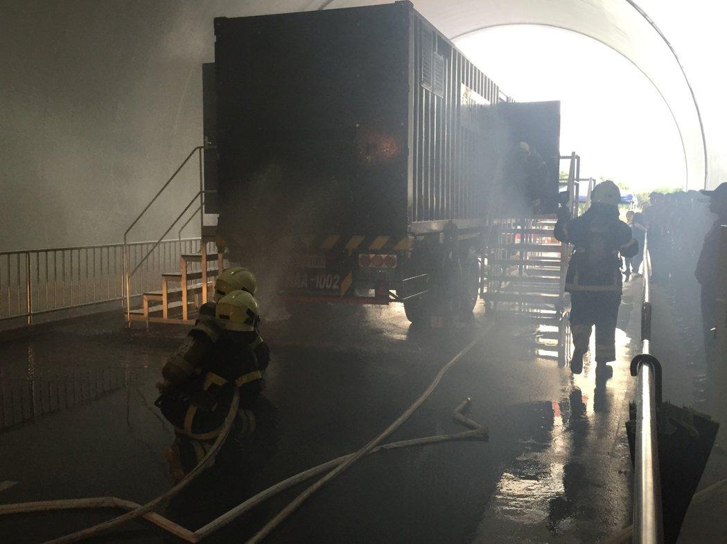 消防署訓練中心今天下午啟用隧道和移動式模擬火點設施,可提升國內長隧道及大客車火燒...