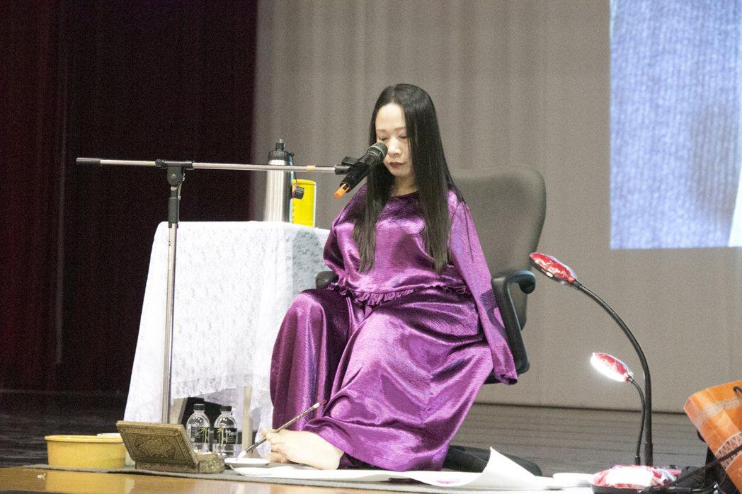 口足畫家楊恩典今天獲邀到台南市聖功女中演講,分享生命故事。圖/聖功女中提供