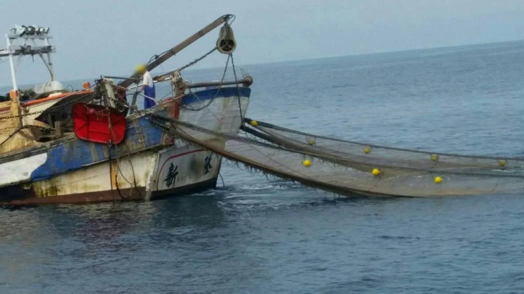 澳底海巡隊今天早上在三貂角外6.6浬處,發現宜蘭頭城籍新永隆26號漁船,疑似違規...