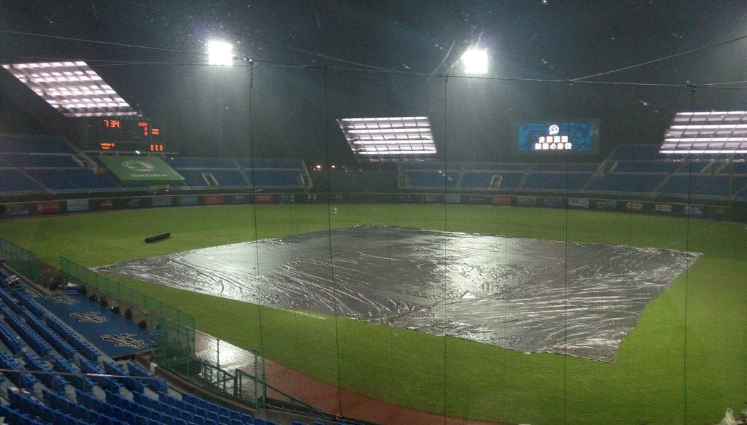 桃園球場下大雨,比賽取消。記者婁靖平/攝影