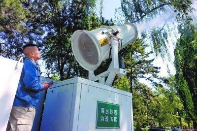 針對春季漫天飛舞的楊柳飛絮,北京市出動高壓水炮車噴霧抑制飛絮。(取自北京日報)