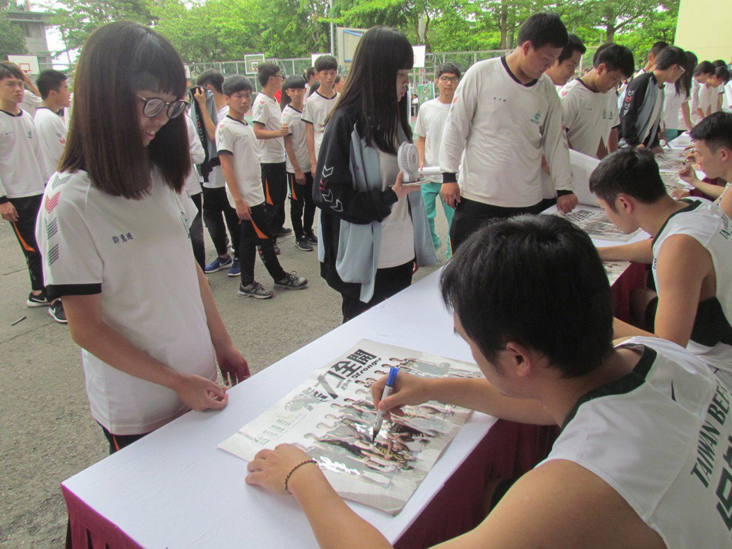 同德家商學生大排長龍,等著台啤職籃的球員簽名。記者張家樂/攝影