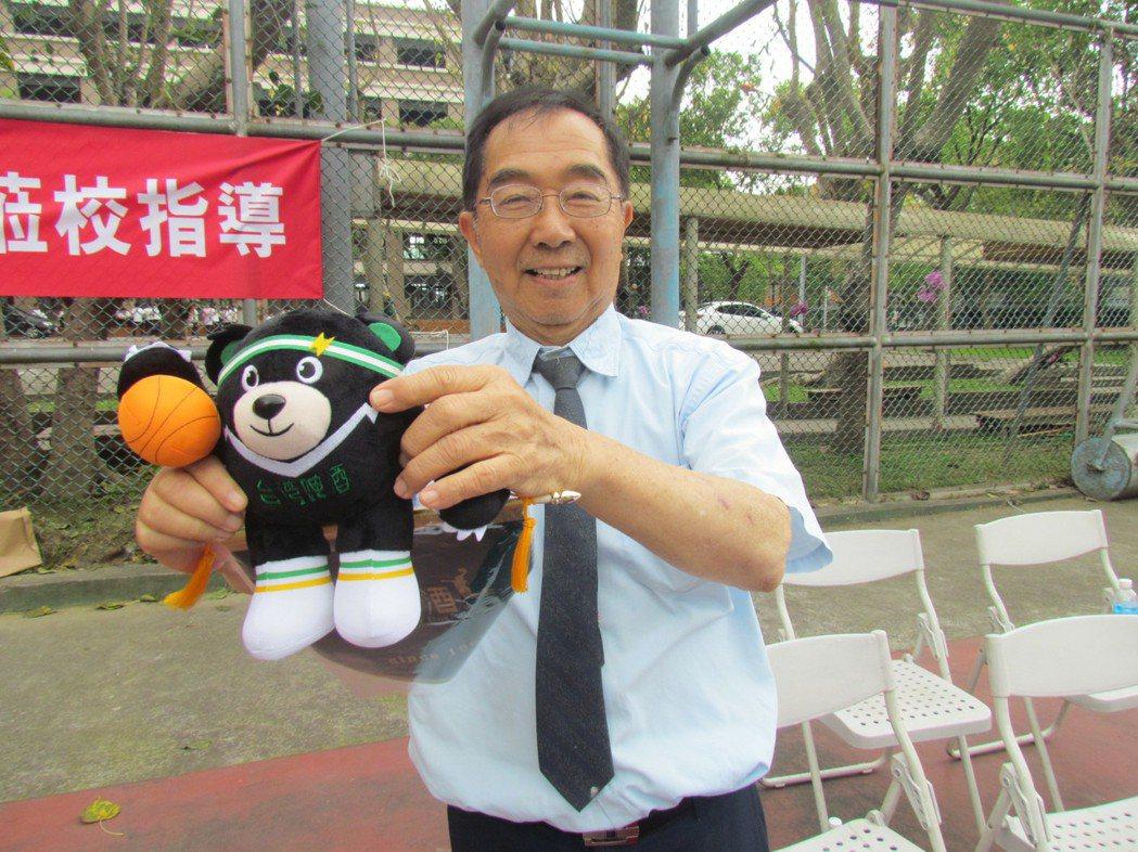 台啤職籃今天訪問草屯鎮同德家商,送給學校董事長謝招宏一隻台啤的吉祥物。記者張家樂...