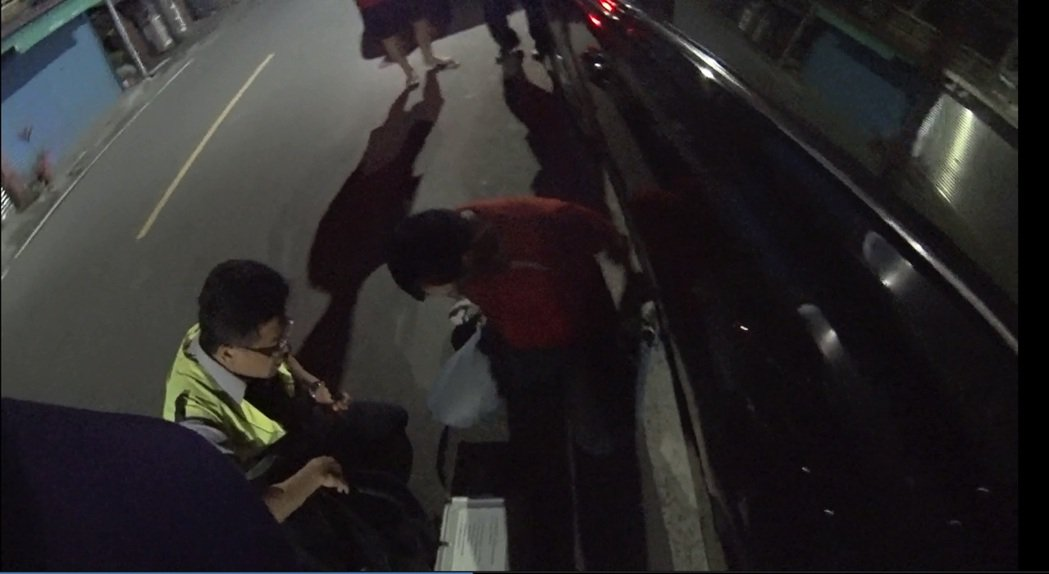 陳姓男子已有4處酒駕記錄,故意隨地便溺拖延警方酒測。記者徐白櫻/翻攝
