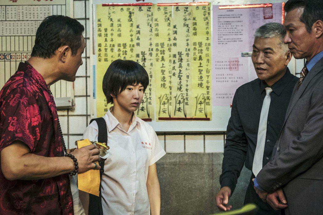 郭書瑤演出「通靈少女」,黃仲崑(右)客串演出。圖/HBO Asia提供