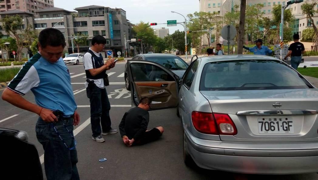 員警發揮逮捕術功力,俐落將車手拉出車外壓制。記者周宗禎/翻攝