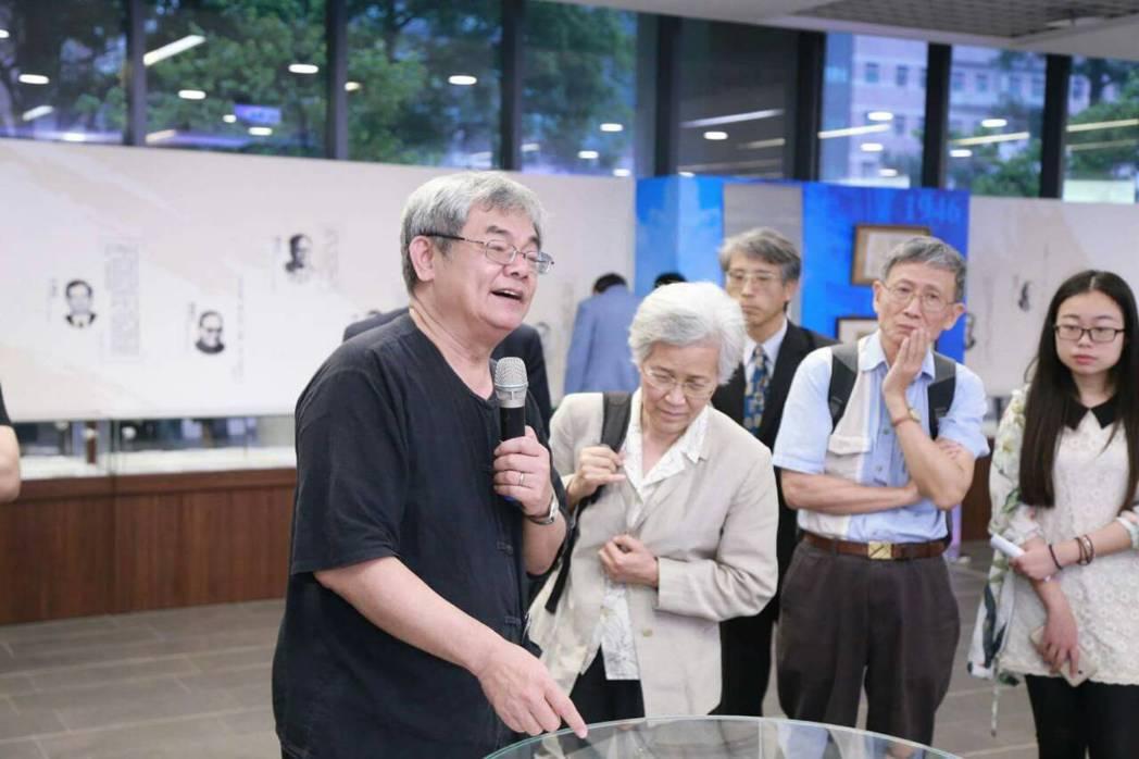 清華大學中文系教授楊儒賓(左1)引領貴賓參觀手札展。記者郭宣彣/攝影