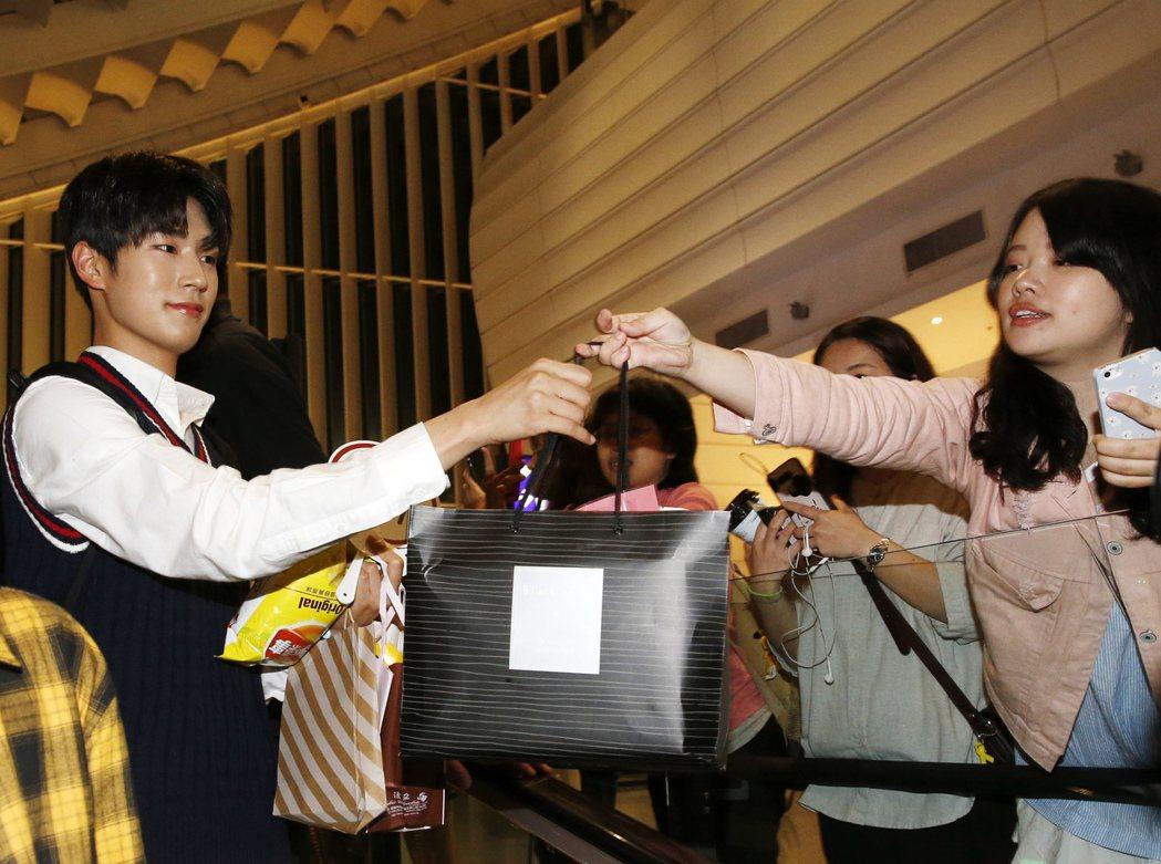 韓國第一的長腿男團「KNK」晚上搭乘TG-635抵達桃園機場,入境大廳約有超過四...