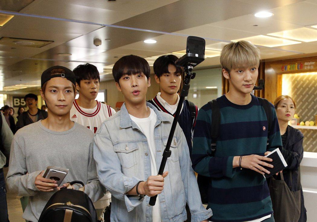 韓國第一的長腿男團「KNK」晚上搭乘TG-635抵達桃園機場,一下飛機五人就玩起...