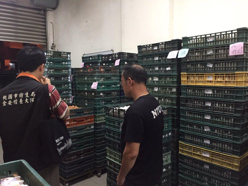 桃園市政府衛生局今天緊急封存下游2家蛋行雞蛋,共921.65公斤。圖/桃市衛生局...