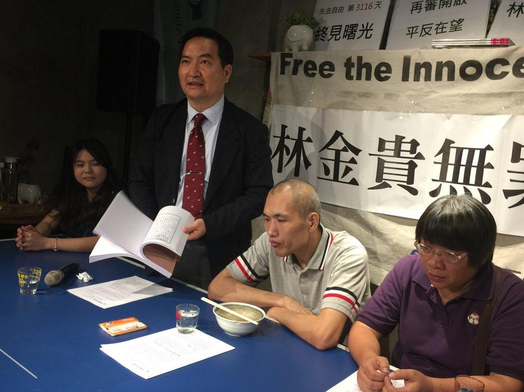 台灣冤平會協會理事長羅秉成(左2)回贈林金貴在獄中所寫書信,令林很感動。記者邵心...
