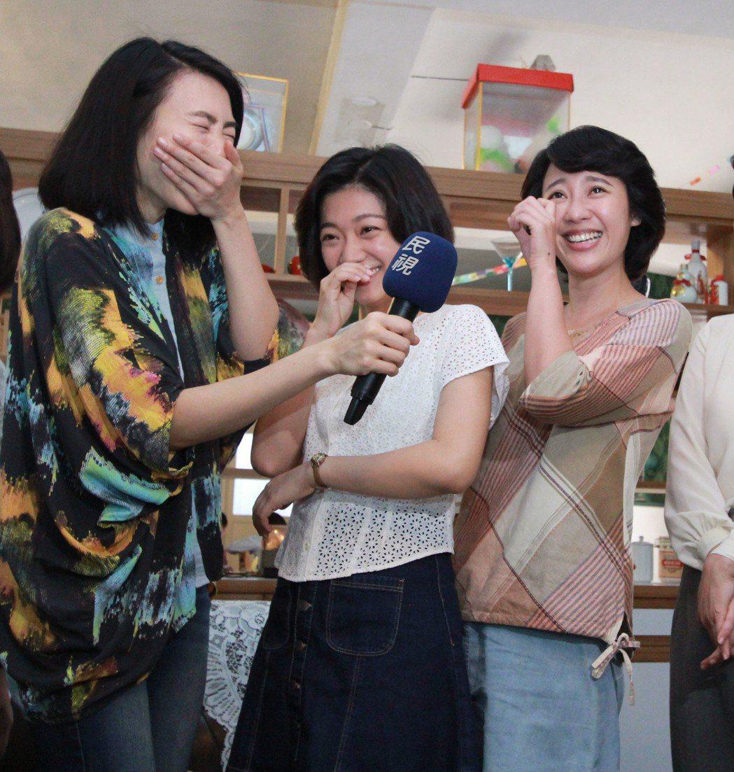 曾珮瑜(左起)探班,傅小芸、方宥心感動爆哭。圖/民視提供