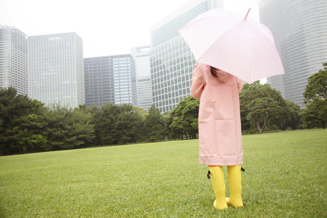 吳德榮在「老大洩天機」專欄中指出,今天鋒面後緣的層狀雲仍將給各地帶來降雨,但已較...