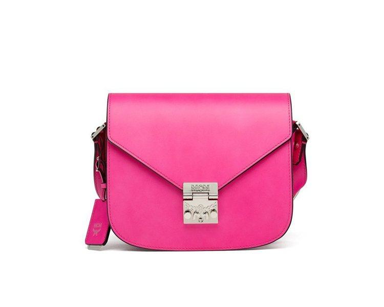 Patricia小型電粉色肩背包,售價28,000元。圖/MCM提供