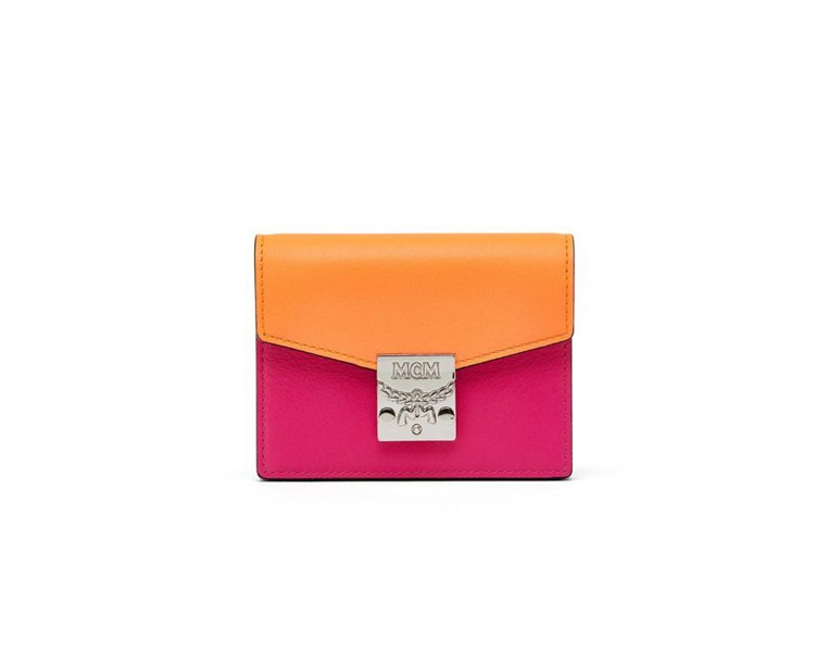 Patricia撞色款式電粉色小皮夾,價格店洽。圖/MCM提供