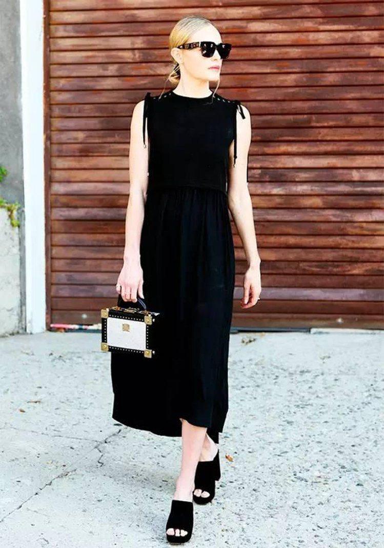凱特伯絲沃身穿Sea無袖丹寧洋裝搭襯Berlin包款。圖/取自pinterest
