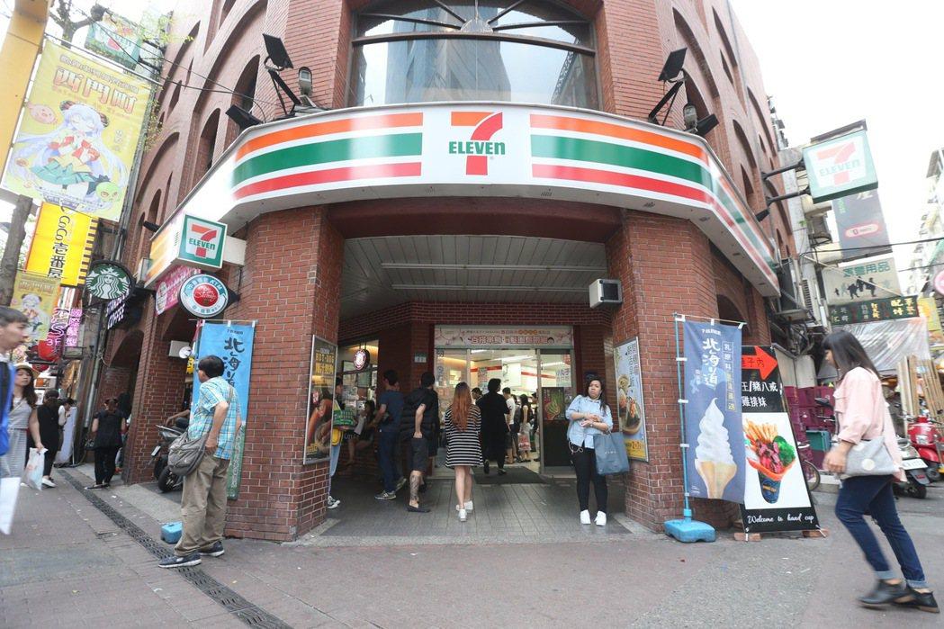 位於人來人往的西門町漢中街,7-11超商內的中信銀提款機,是全台領錢最密集的提款...